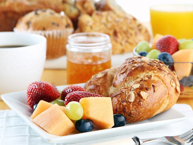 Does Bodega Coast Inn offer complimentary breakfast?